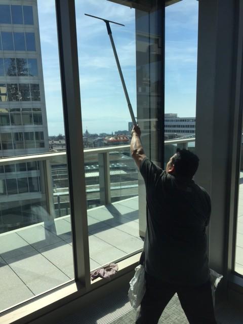 Nettoyage de vitres à la perche