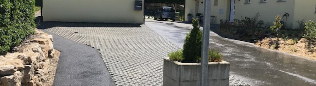 Place de parc en grille gazon